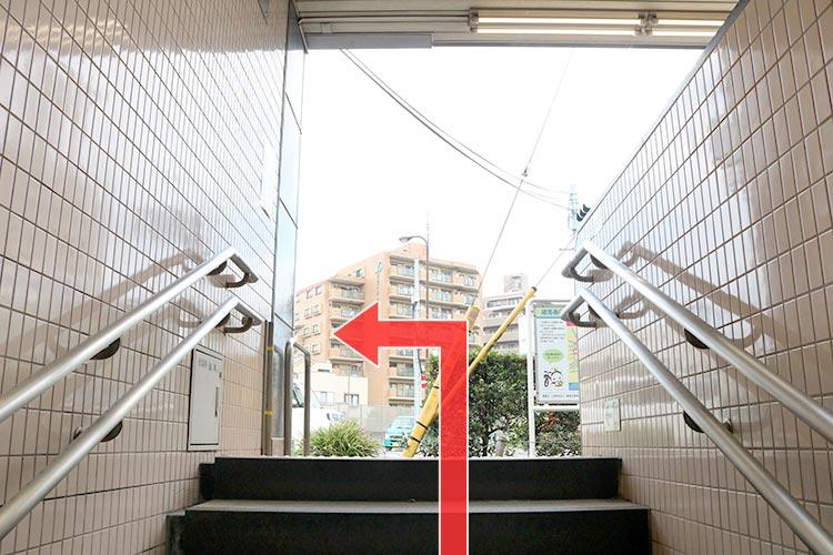 階段・エスカレーターを登ったら、左手へ進みます。