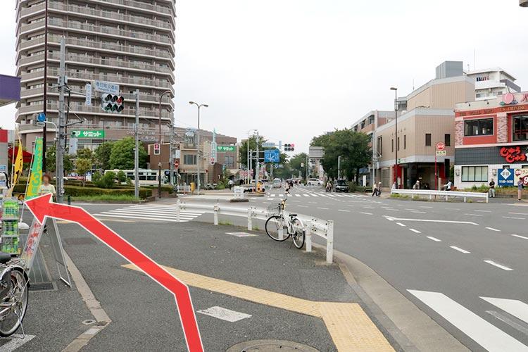 すぐの大きい交差点(春日町交番前)を信号を渡らずに左手へ進みます。