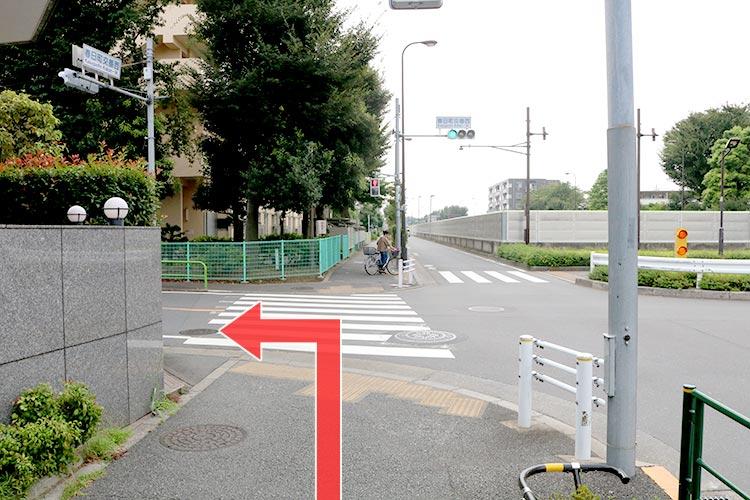 交差点(春日町交番西)まで進みましたら交差点を左折します。